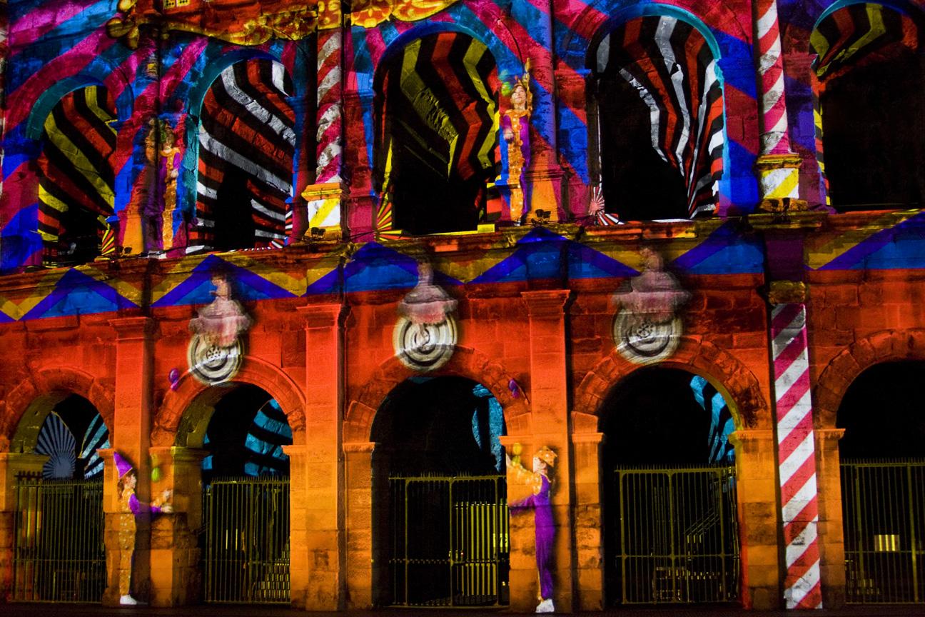 Spectacle son et lumière sur les Arènes de Nîmes.