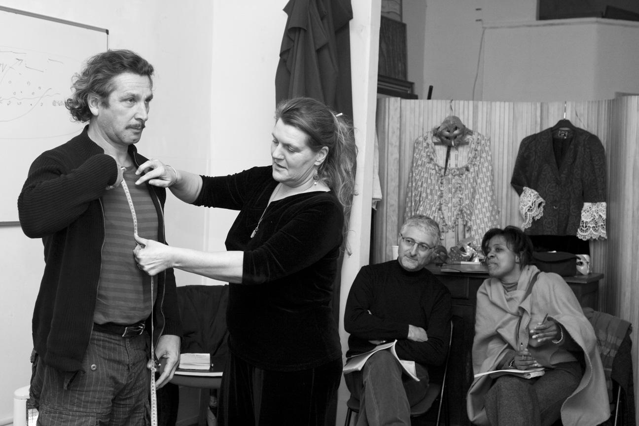 Répétition de théâtre, mesures pour les costumes.