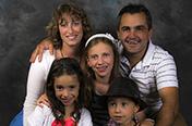 Une jolie petite famille, photo durant un vin d'honneur (mariage).